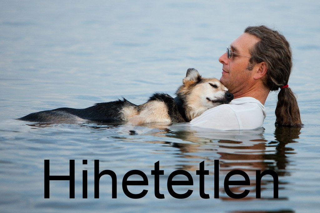 Haldokló kutyájával úszik hogy csökkentse fájdalmait